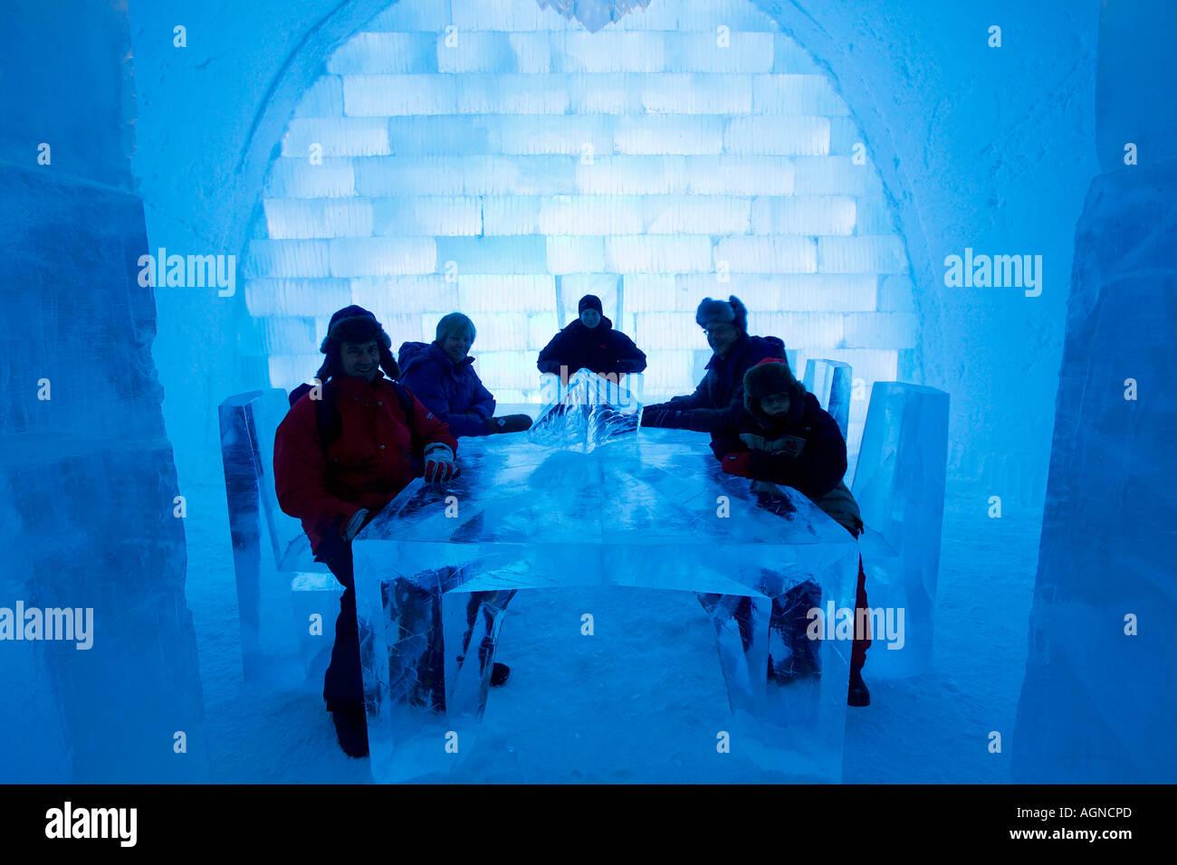leute sitzen am tisch eis skulptur im ice hotel jukkasjarvi schweden
