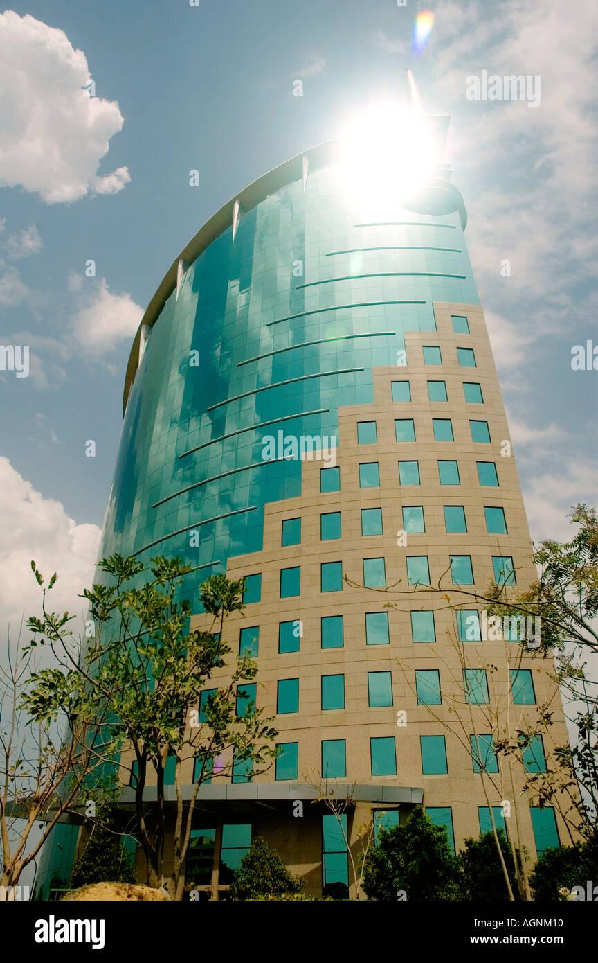 Modernes Bürogebäude Flachglas elegante äußere Architektur Wolken Sonne Reflexion Firmenkundengeschäft stilvoll elegant trendig Stockbild