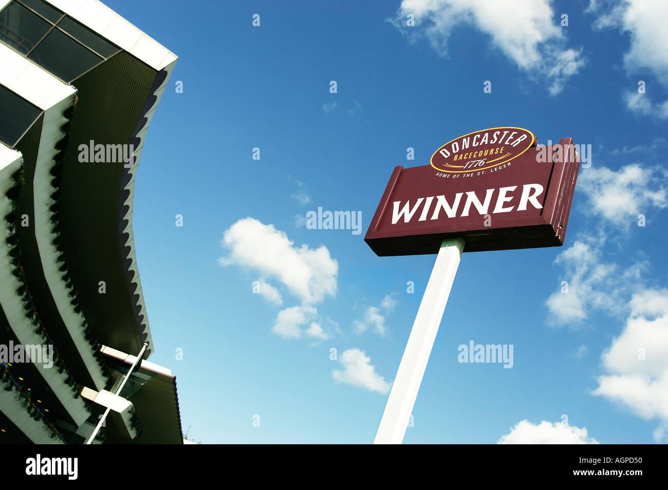 Erfolgskonzept - post Sieger Zeichen auf einer Pferderennbahn, UK Stockbild