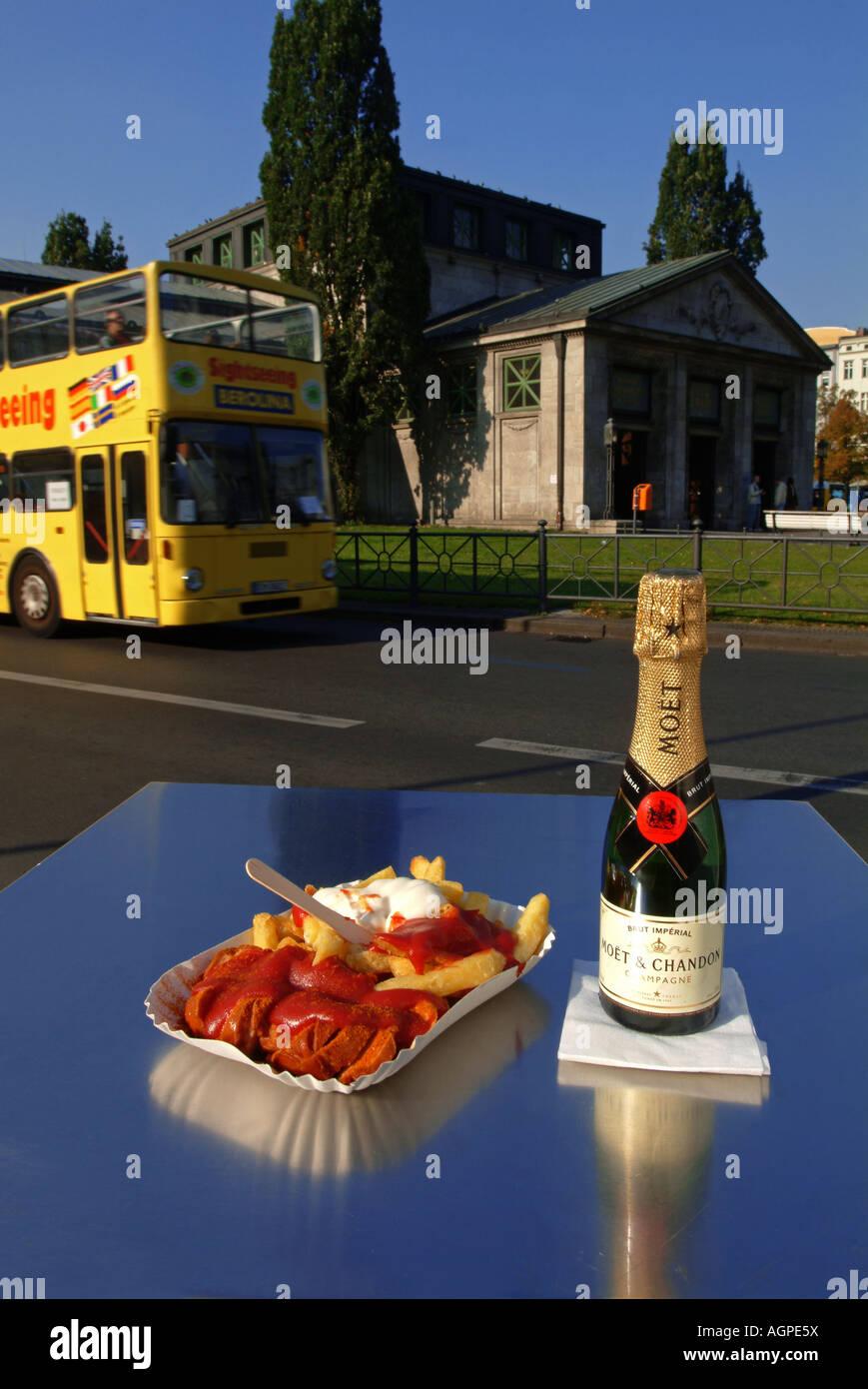 Currywurst und Pommes Frites mit Sauce in der Platte. Berlin-Delikatesse. Fast-Food. Berlin. Wittenbergplatz. Sightseeing Stockbild