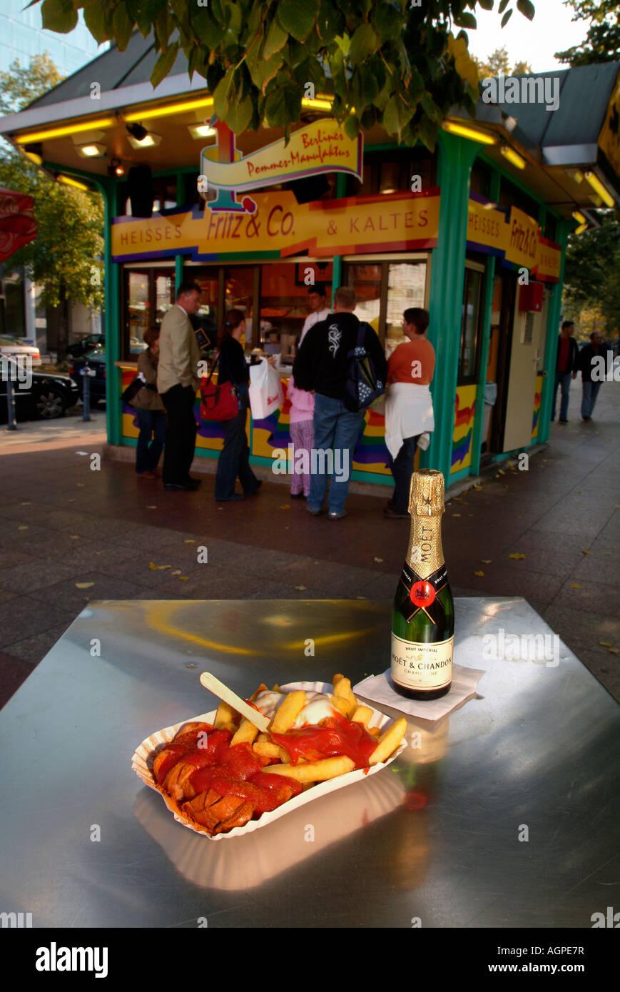 Currywurst und Pommes Frites mit Sauce in der Platte. Berlin-Delikatesse. Fast-Food. Berlin. Wittenbergplatz. Stockbild