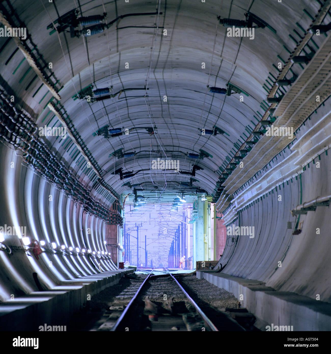 Eurotunnel zug des fahrers vogelperspektive des ansatzes f r den eurotunnel uk terminal in - Vogelperspektive englisch ...