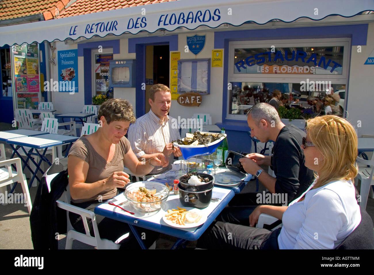 menschen die fisch und meeresfr chte essen im freien in einem restaurant im dorf audresselles. Black Bedroom Furniture Sets. Home Design Ideas