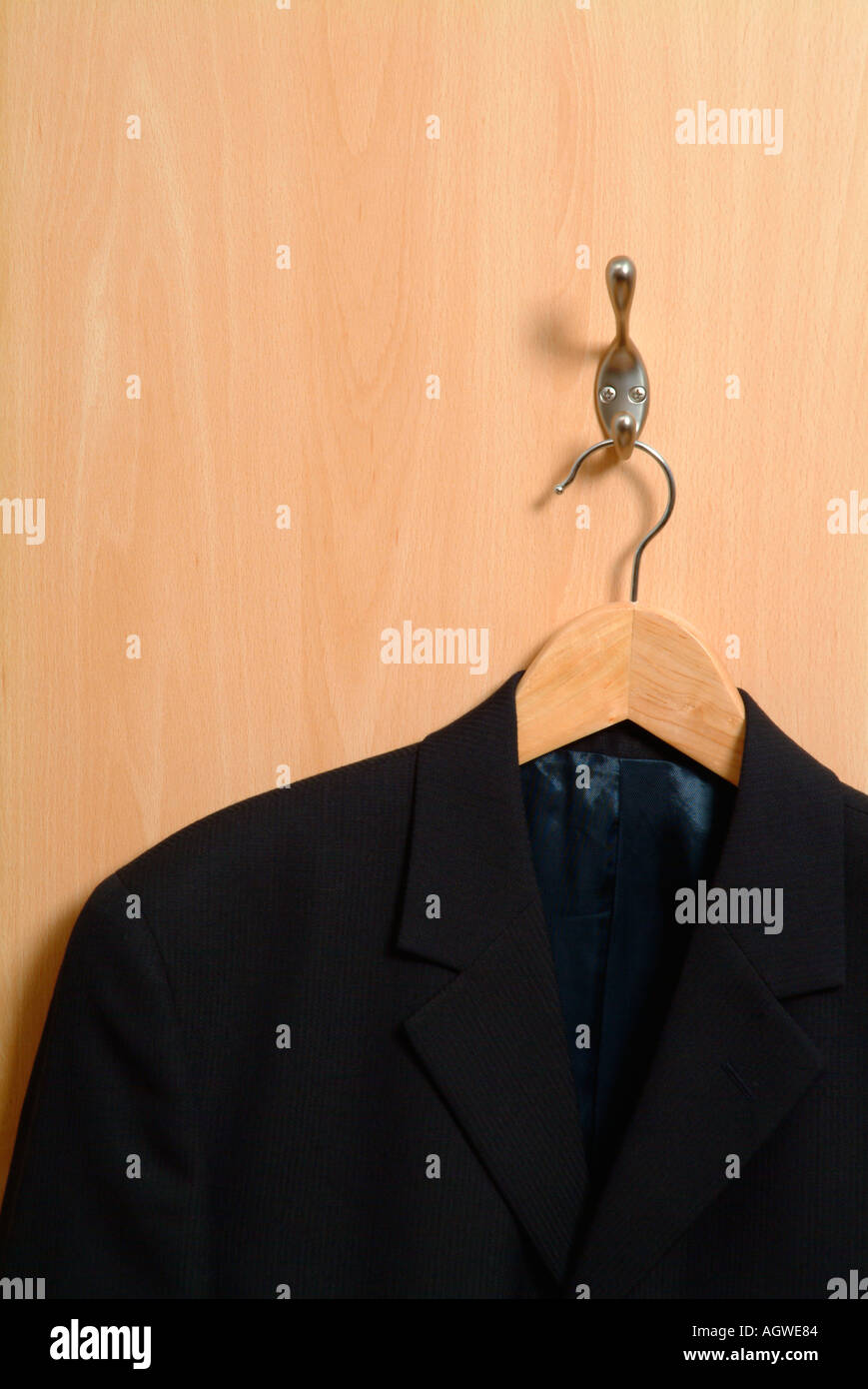Kleiderbügel und Jacke auf der Rückseite eine Bürotür Stockbild