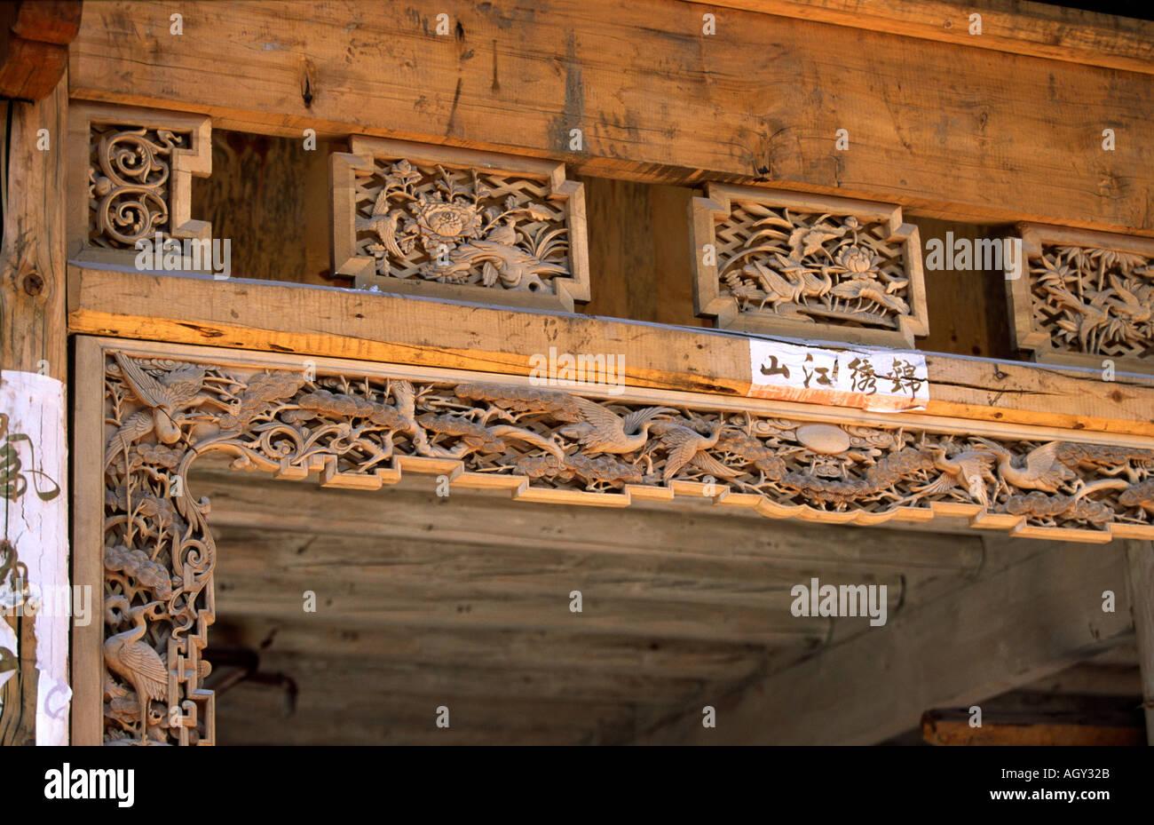 China Yunnan Lijiang Handwerk geschnitzte hölzerne Tür Rahmen ...