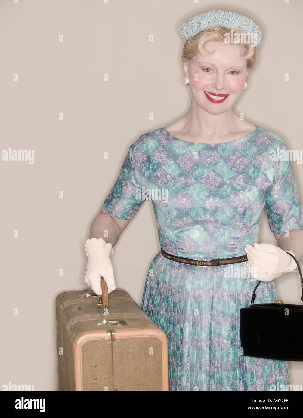 Eine Retro-Frau verlassen auf einer Reise Stockbild