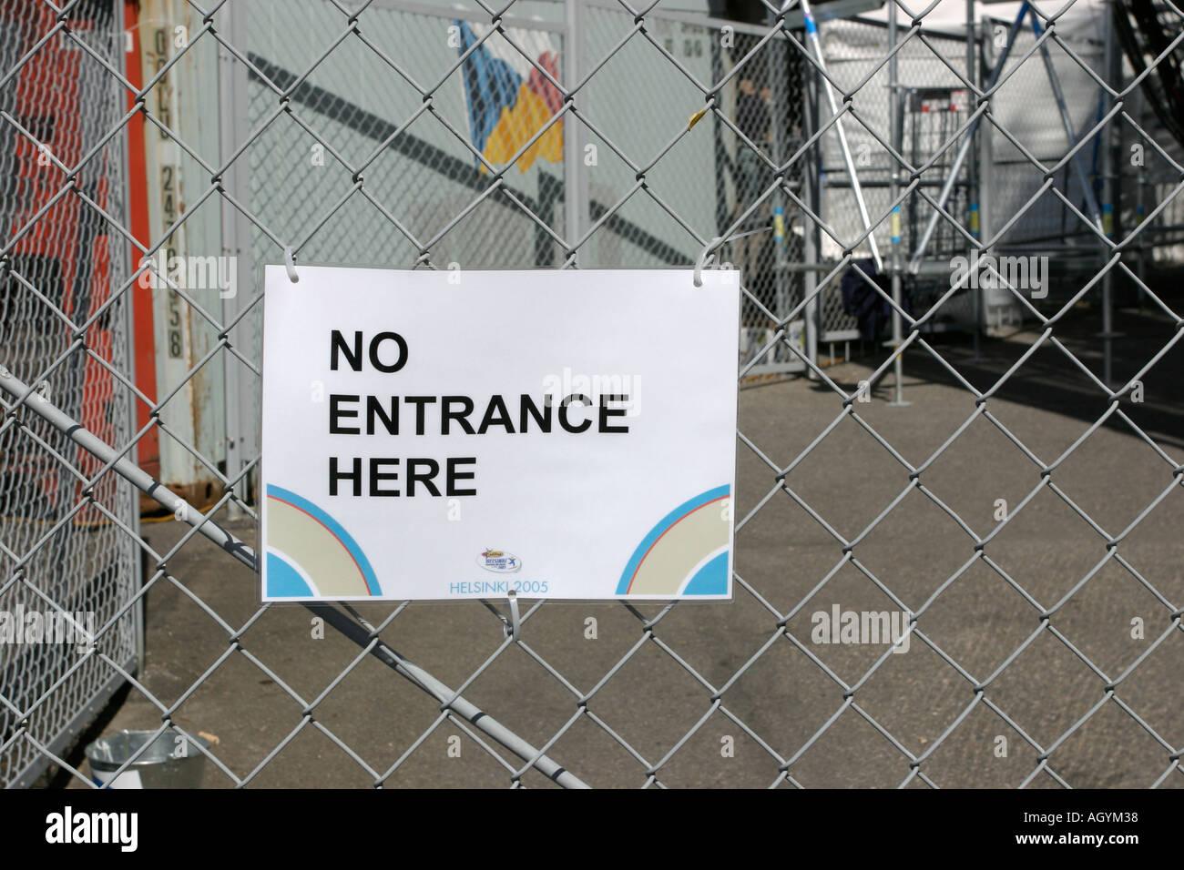 Kein Eingang Hier Schild Am Zaun Befestigt Stockfoto Bild 4671543