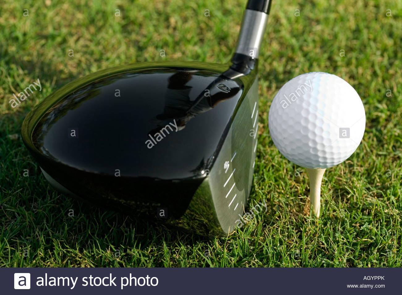Nahaufnahme von Golf Club neben Golfball Stockbild