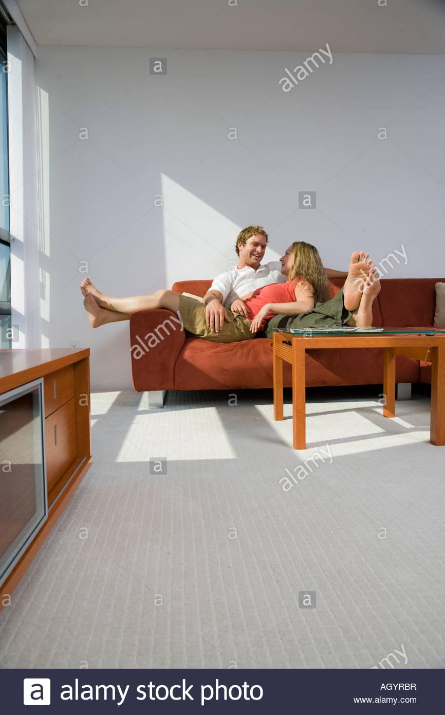 Paar Auf Sofa Mit Frau Die Füße Hängen Von Seite Stockfoto Bild