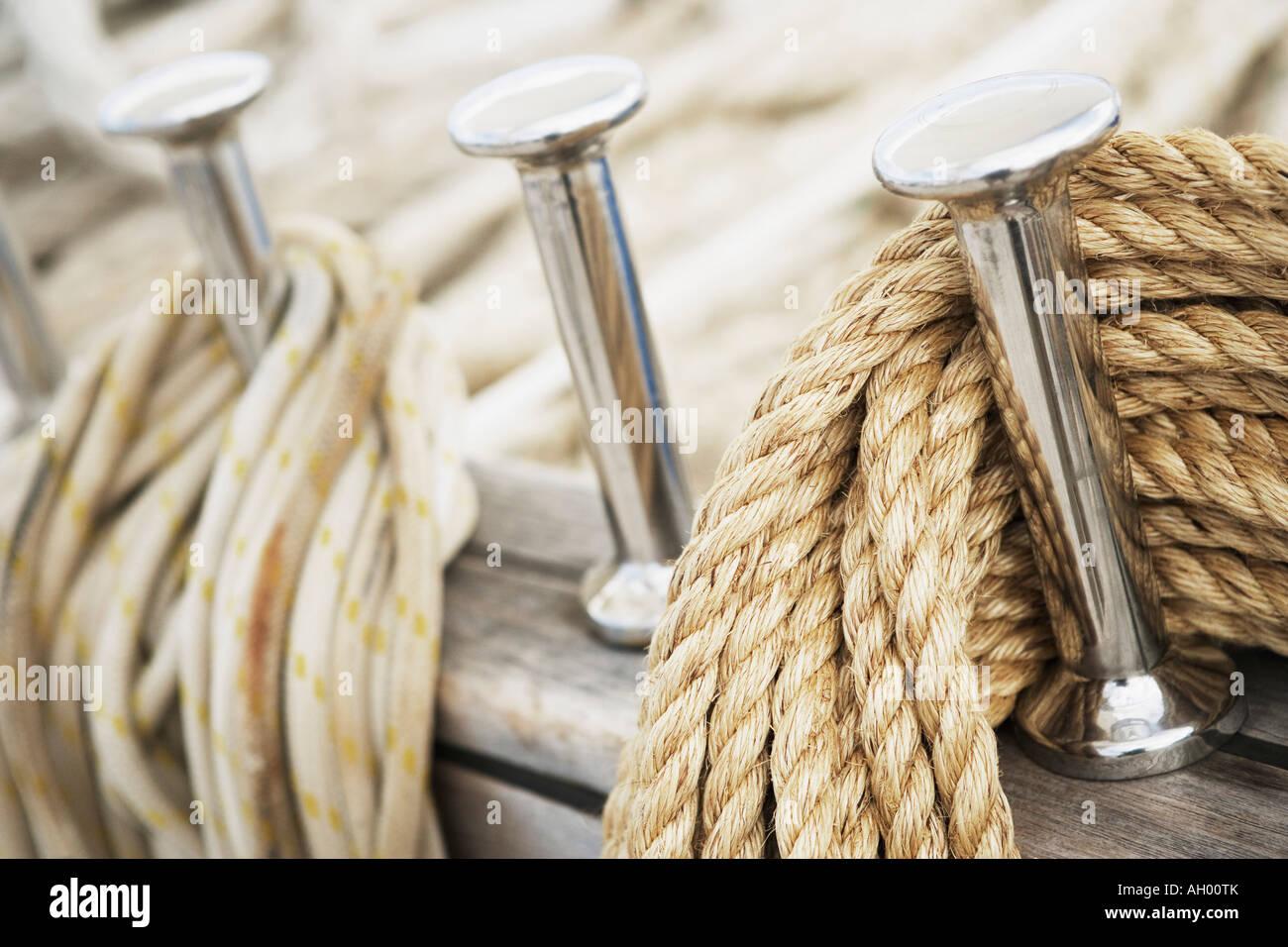 Nahaufnahme von Heringen und Seilen auf dem Deck eines Segelbootes Stockbild