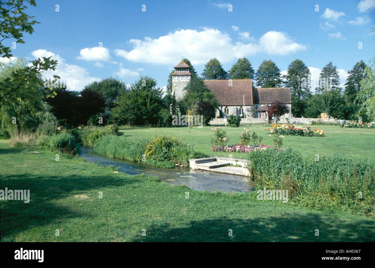 Dorfkirche englischen Landhaus im grünen Feld mit Bach durch und ...
