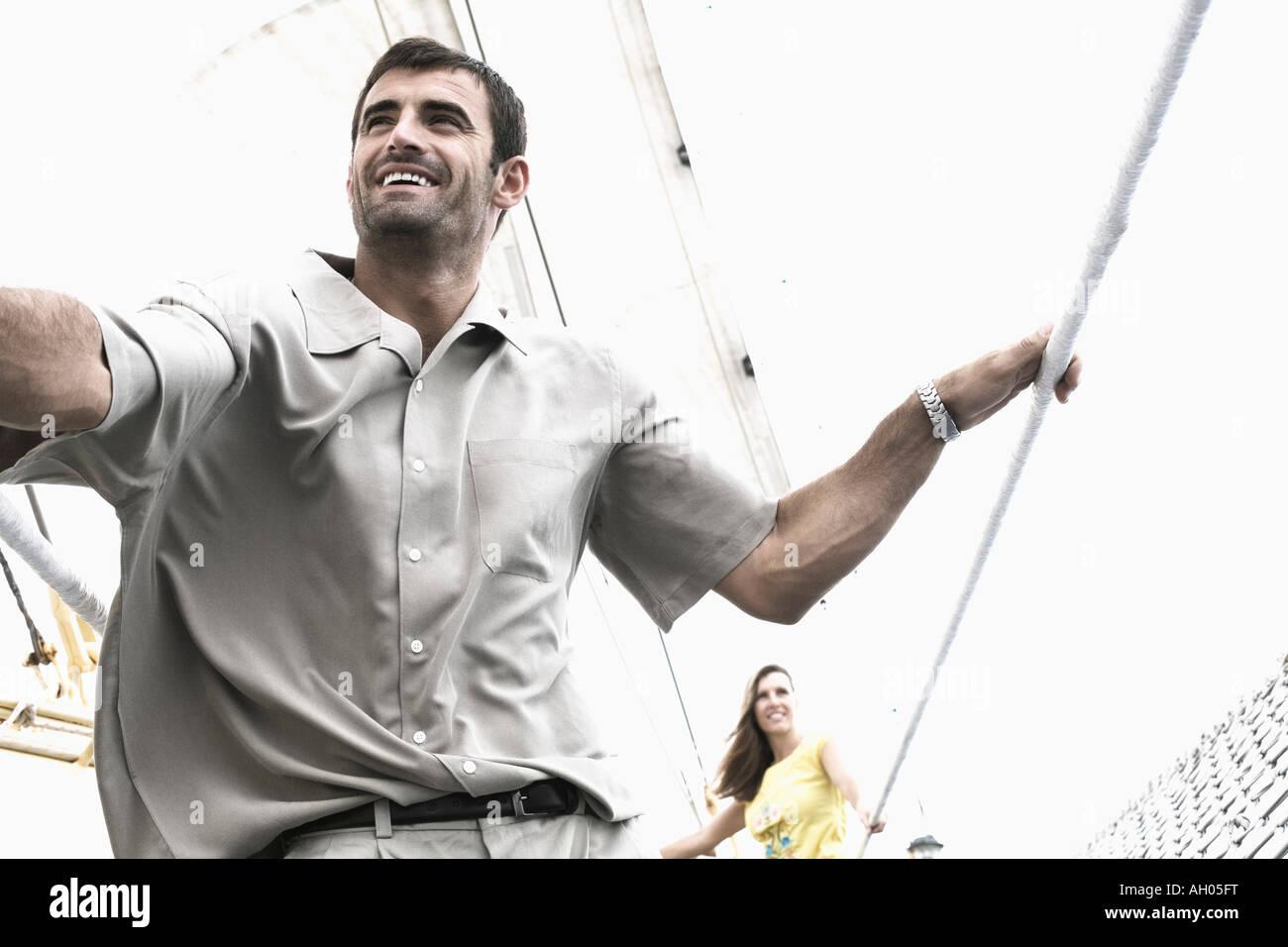 Mitte erwachsenes paar auf einem Segelboot Schiff und lächelnd Stockbild