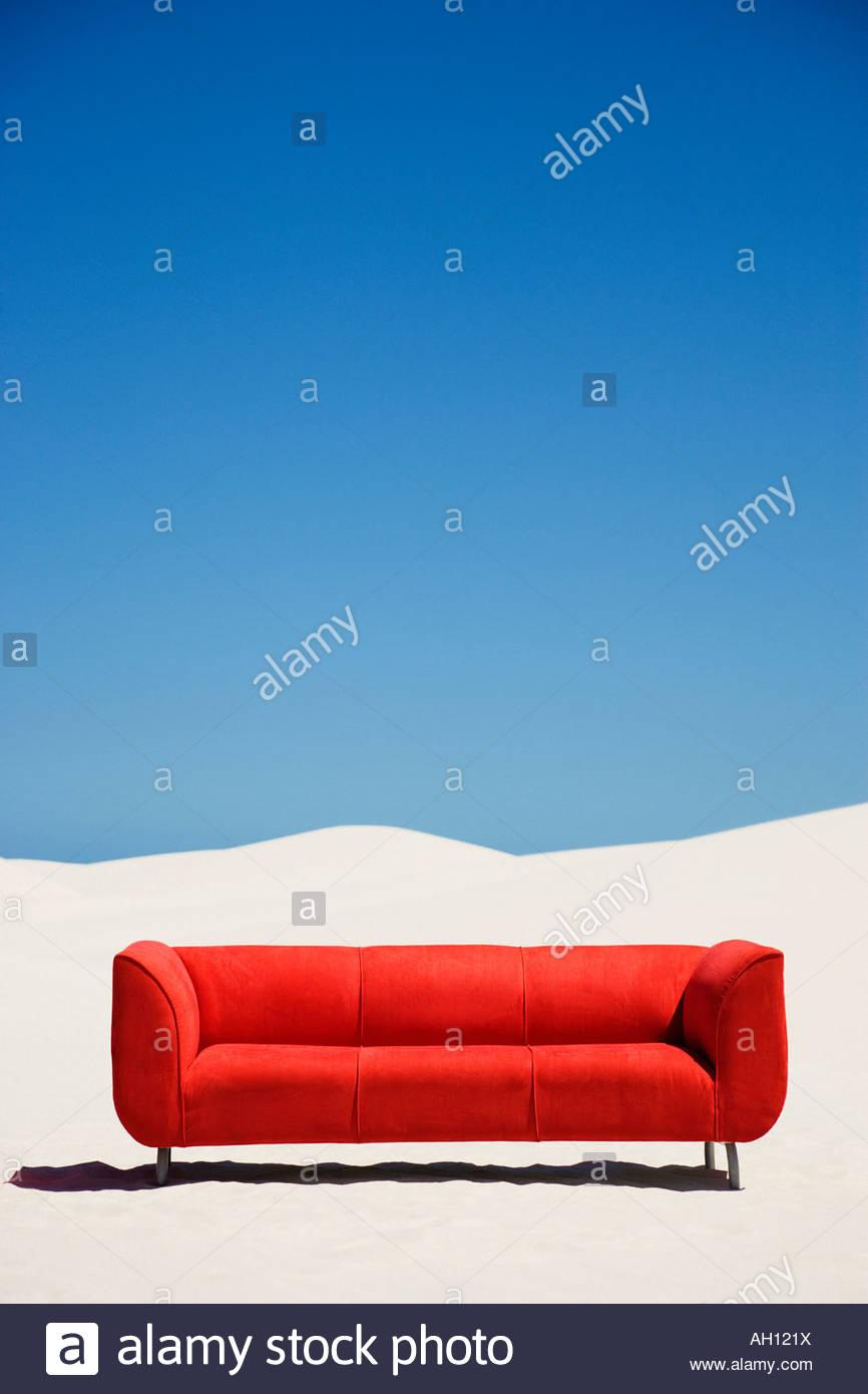 Eine leere Couch allein mitten in der Wüste Stockbild