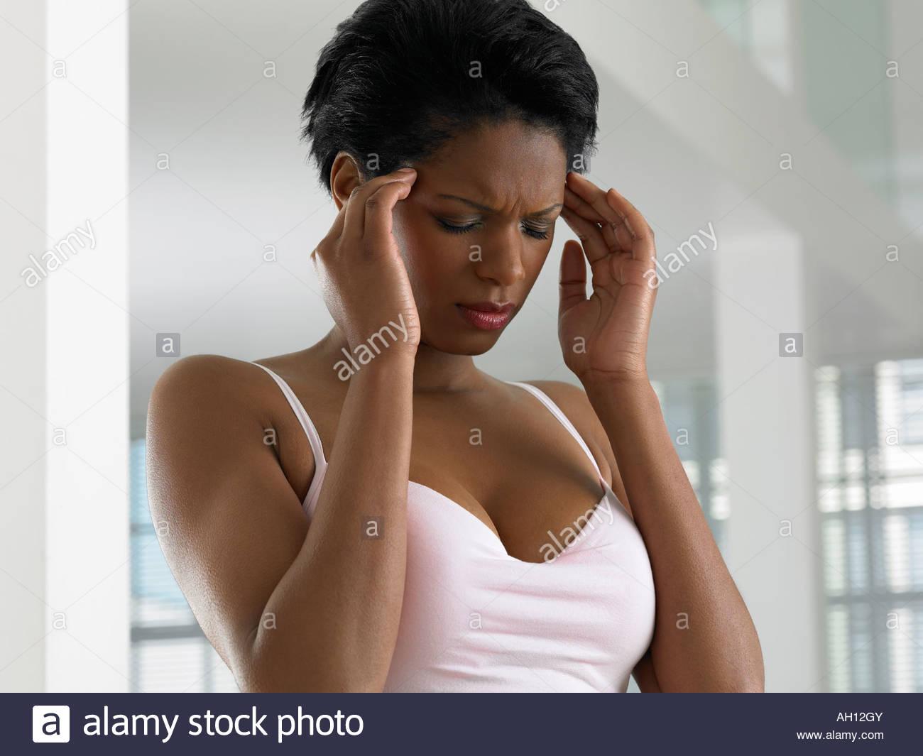 Eine Frau mit Kopfschmerzen Stockbild