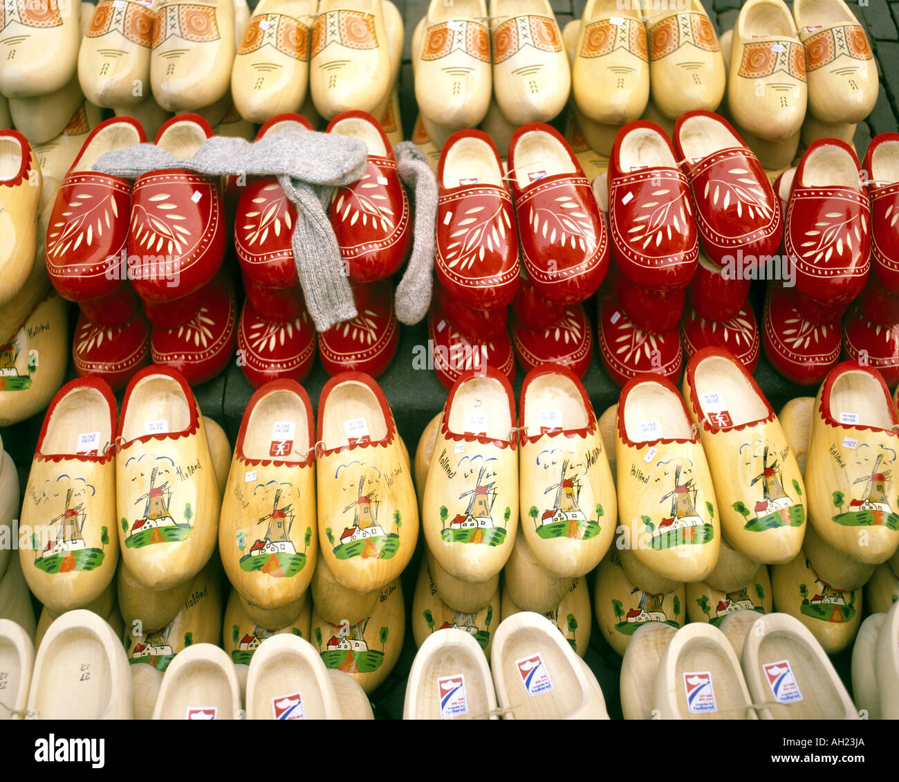NL - Niederlande: Traditionelle Clogs auf dem Display Stockbild