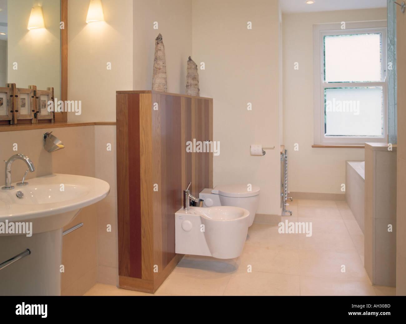 Bemerkenswert Bad Bodenbelag Dekoration Von Getäfelte Wand Mit Eingebauten Bidet Und Wc