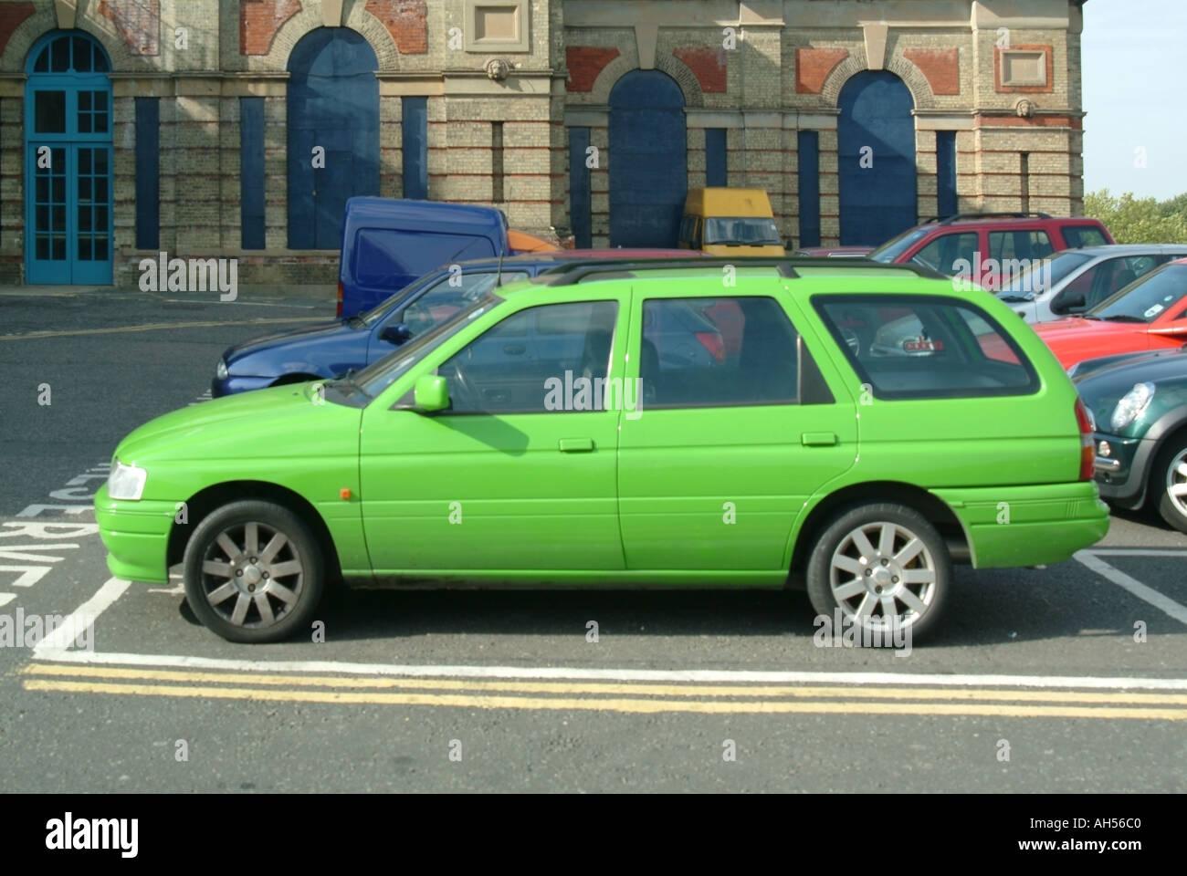 Nord-London helles grünes Auto im Parkplatz Aberglauben angeblich umgeben diese Farbwahl auch schwieriger zu verkaufen Stockbild