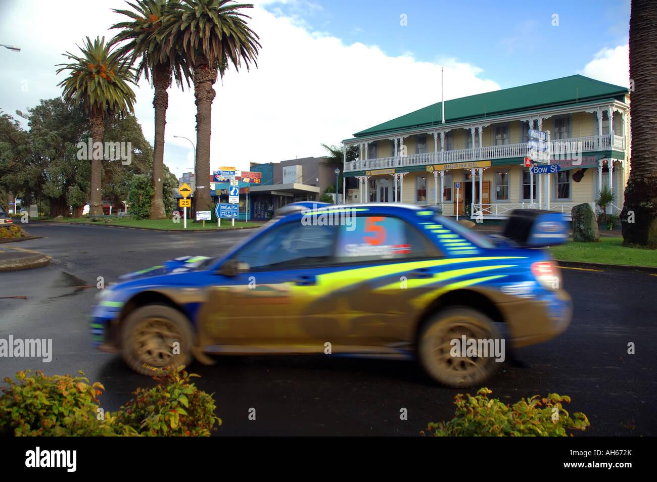 Petter Solberg Mudspattered Subaru Rallye Auto Streifen durch verschlafenen Küstenstadt Stadt Raglan während Stockbild
