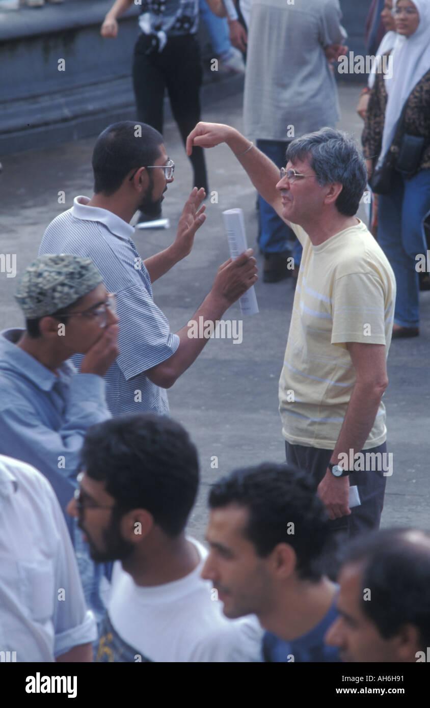 Ein Muslim argumentiert die Profis des Islam, ein nicht Gläubiger bei einer Kundgebung für den Islam am Trafalgar Square in London, August 93 Stockbild
