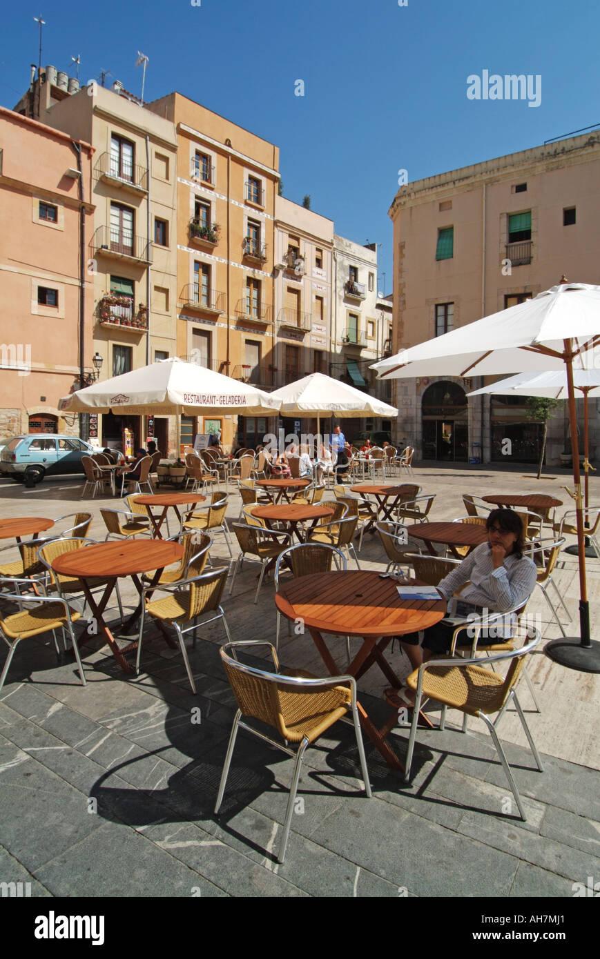 Tarragona typischen Platz mit Pflaster bars Sonnenblocker ...