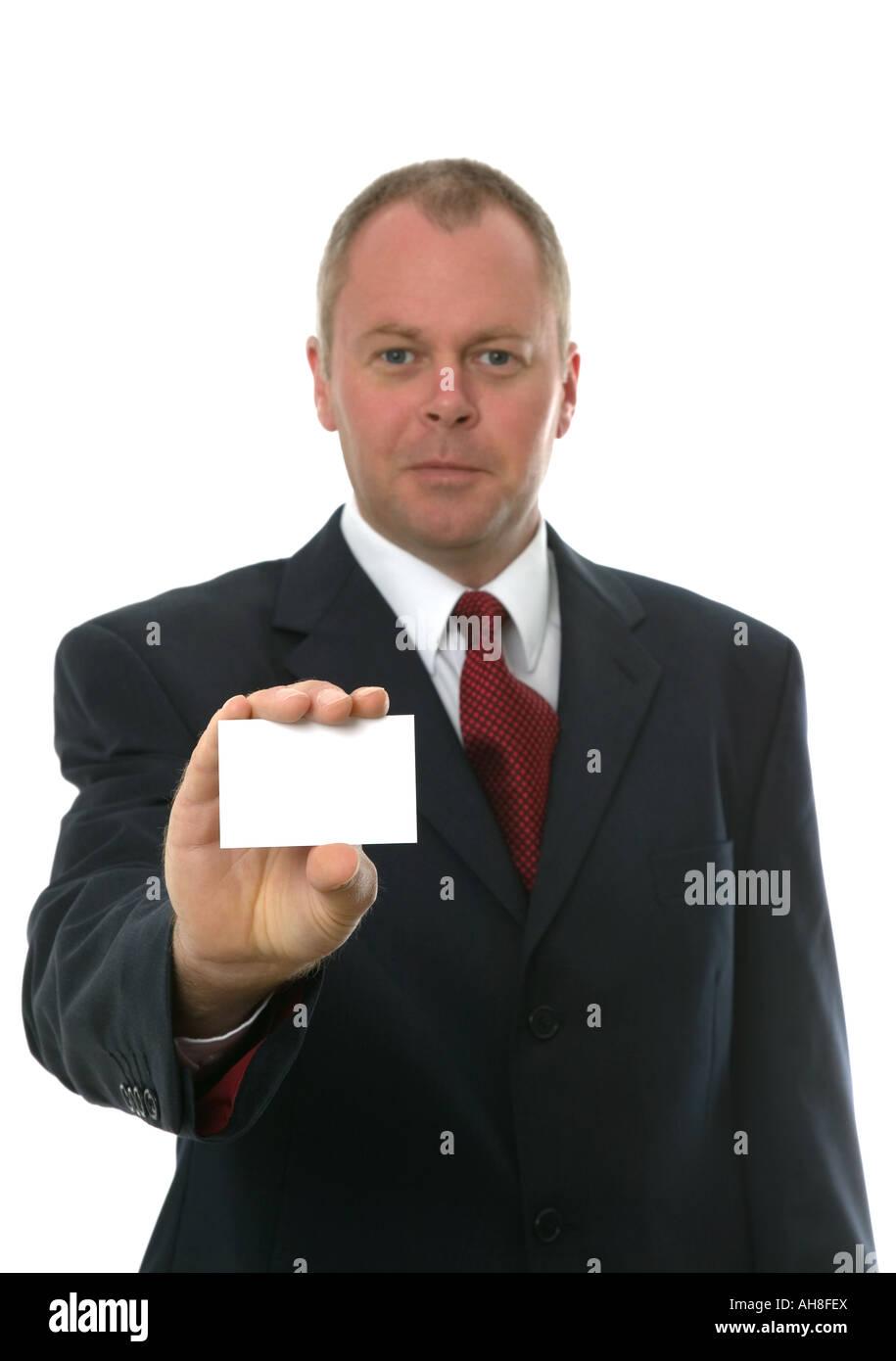 Geschäftsmann präsentiert seine Karte auf Sie konzentrieren sich auf leere Karte isoliert auf weiß Stockbild