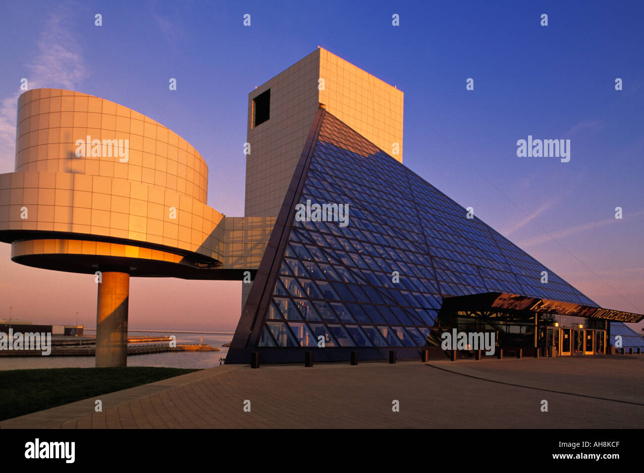 Morgenlicht auf Rock n Roll Hall Of Fame in Cleveland Ohio Stockfoto ...