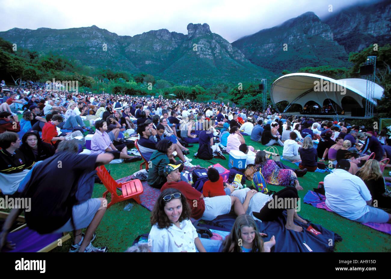 Südafrika Kapstadt Menschen genießen ein Konzert statt welche s jeden Sonntag Nachmittag bei der Kirstenbosch botanische Gärten Stockbild