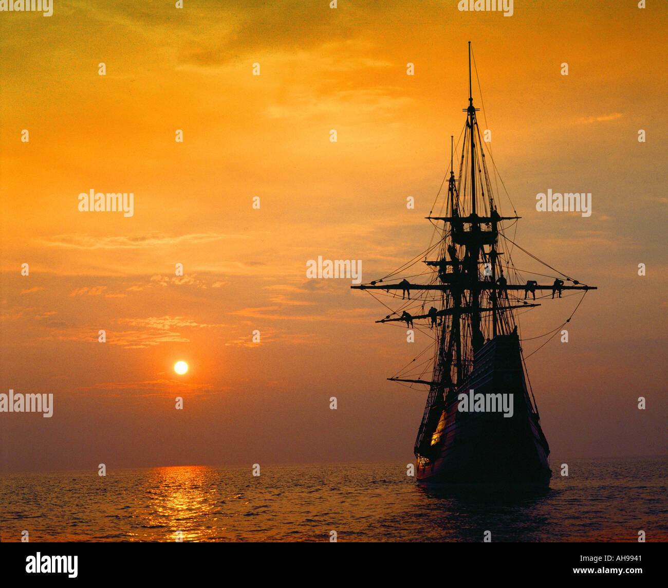 Mayflower II Replica bei tiefroten Sonnenuntergang Stockbild