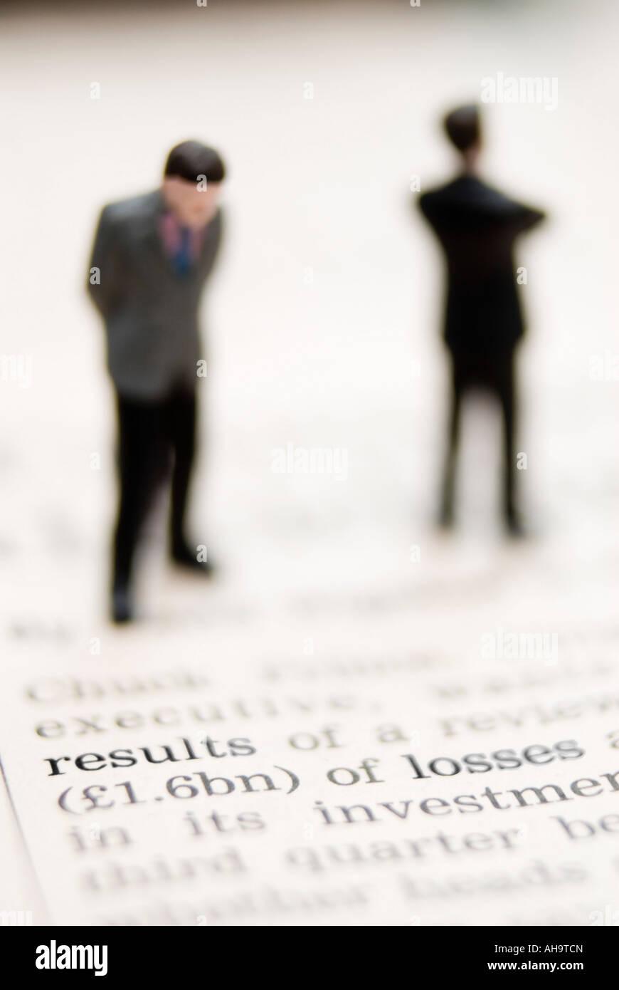 Geschäftsleuten stehen auf Finanzzeitung - schlechte Nachrichten Stockbild