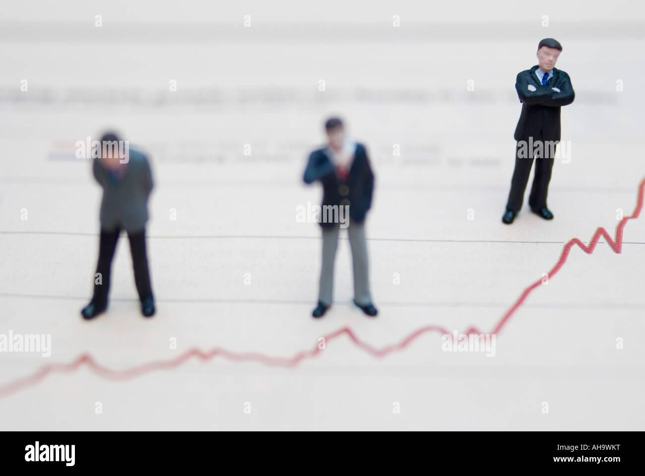 Geschäftsleuten stehen auf Graphen Stockbild