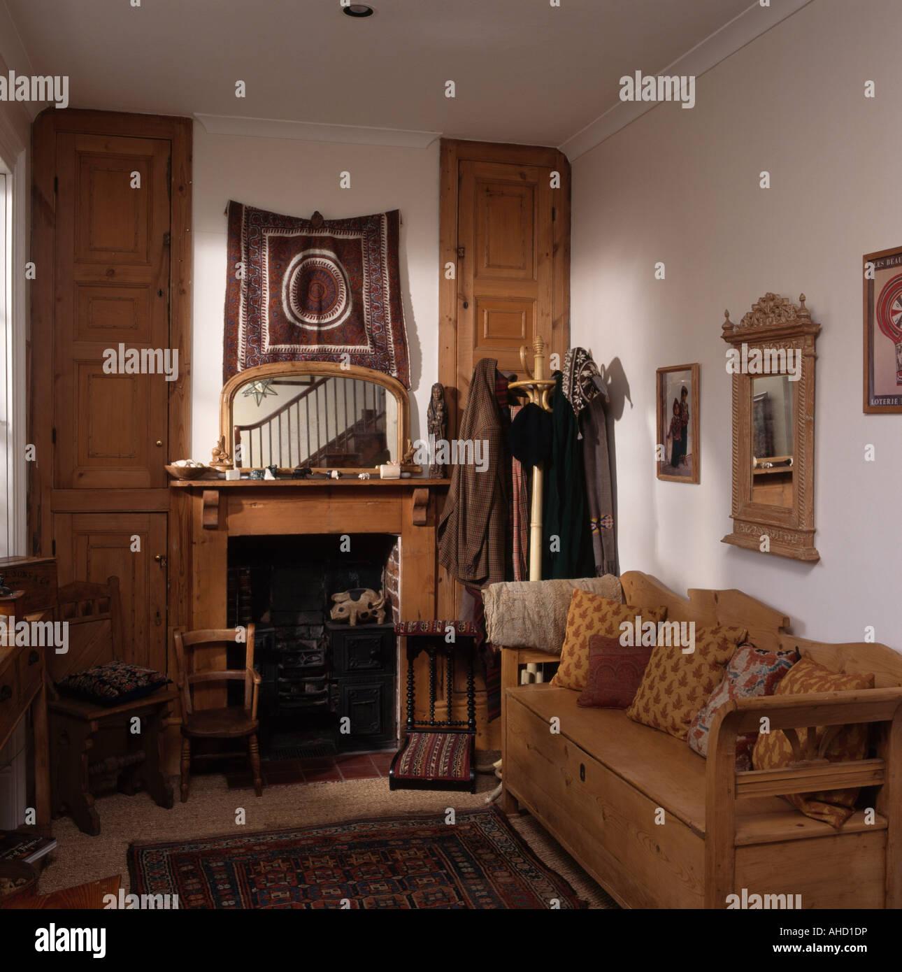 Antik Kiefer Siedeln Sich Im Kleinen Wohnzimmer Mit Spiegel Uber Dem