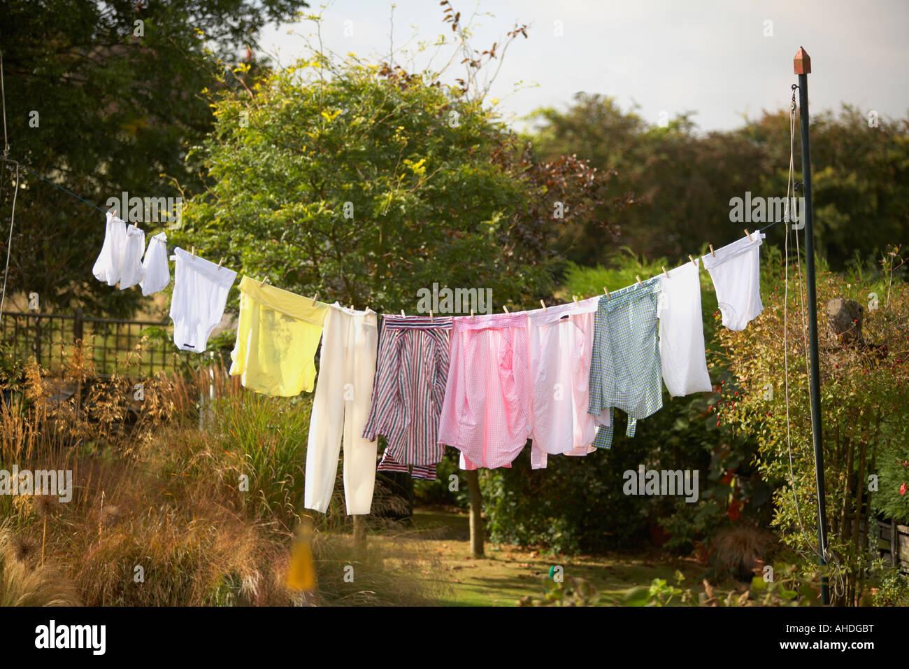 Wäsche hängt an Linie draußen im Garten Stockbild