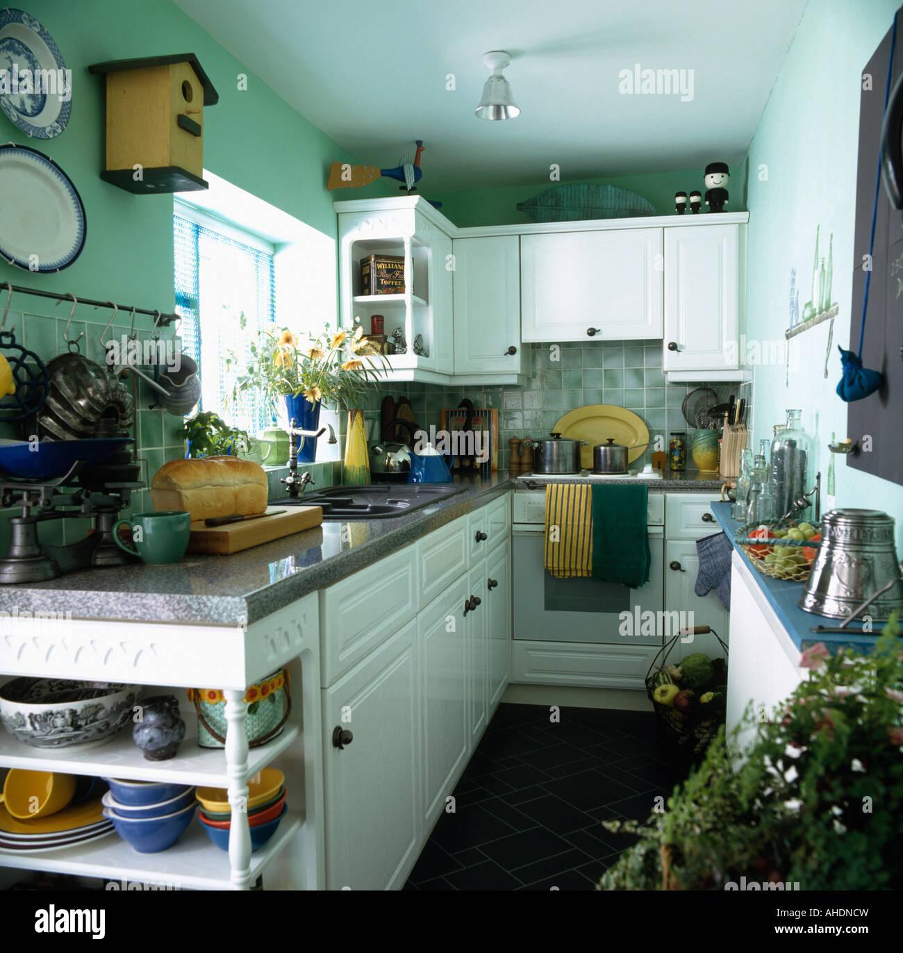 Schmale Pastell Grün Pantry-Küche mit weißen Schränken und Einheiten ...