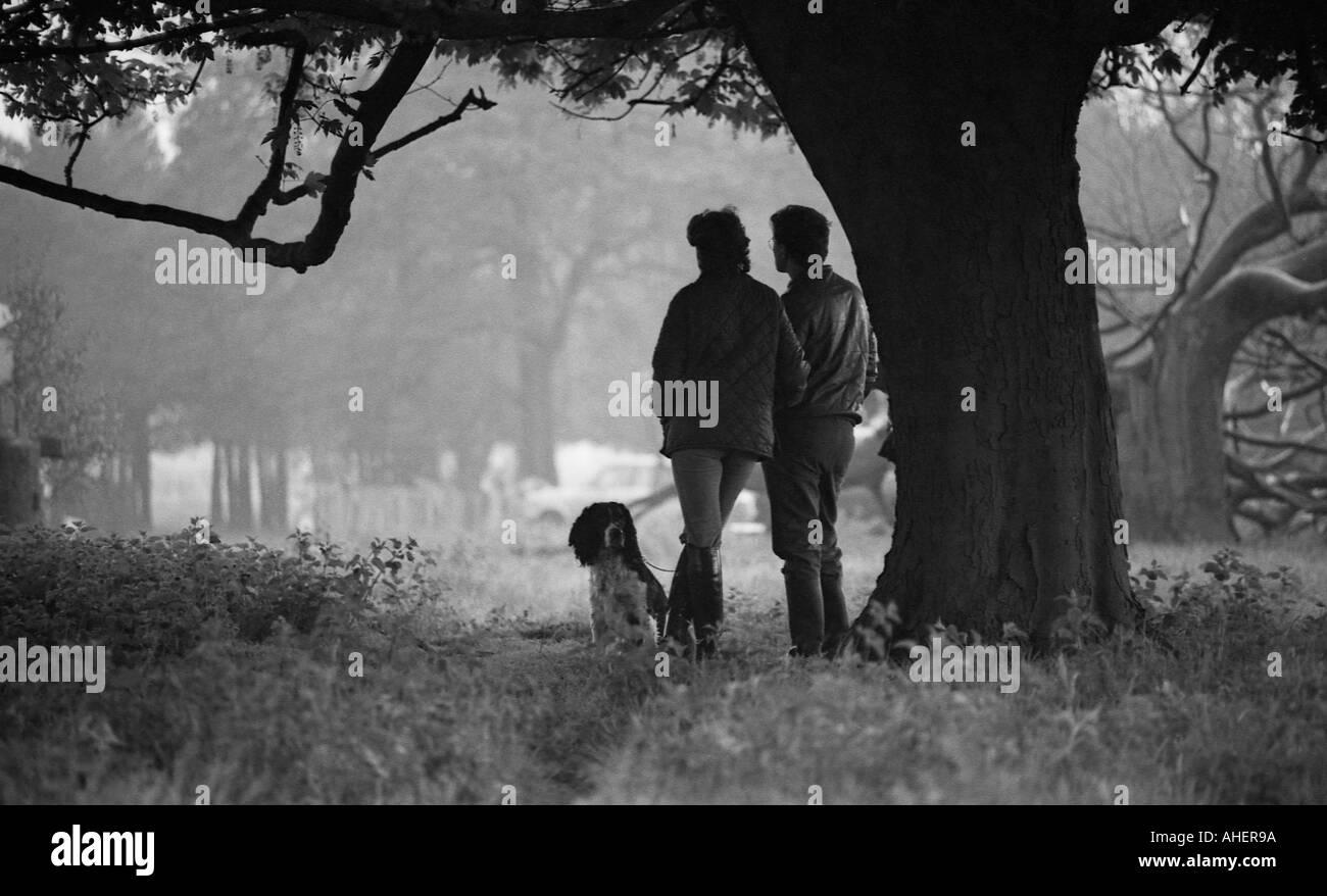 Mann Frau Und Hund Unter Einem Baum Von Einer Dusche Regen Schützt