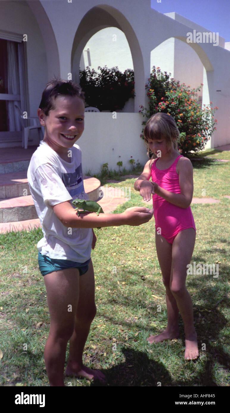 Kinder mit Chamäleon Stockbild