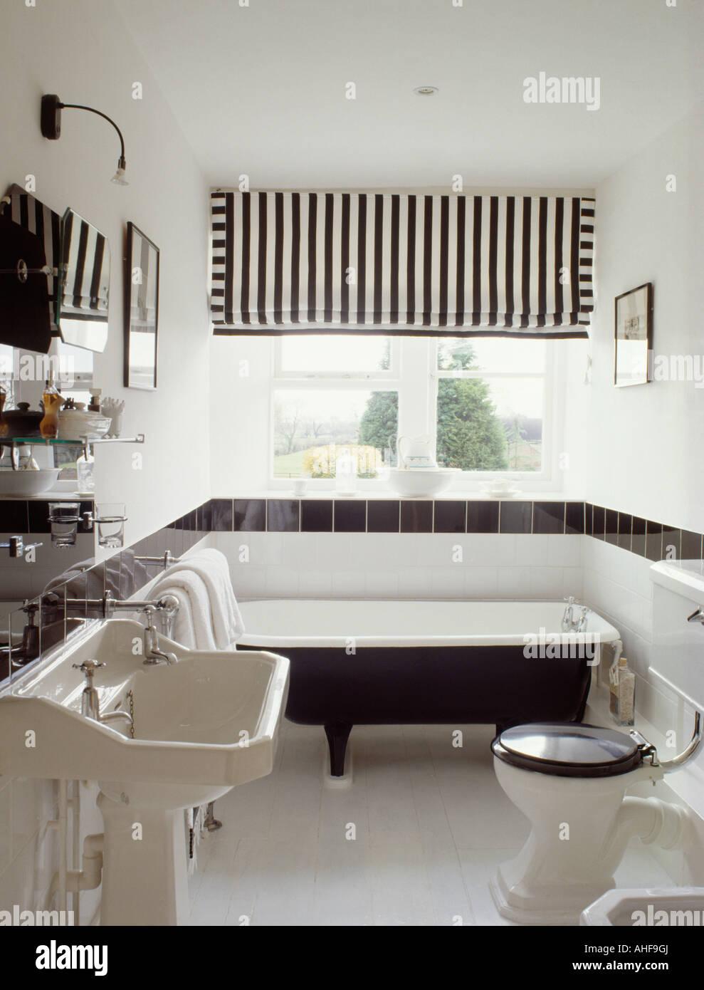 Schwarz Weiß Gestreift Blind über Rolltop Badewanne In Monochromen