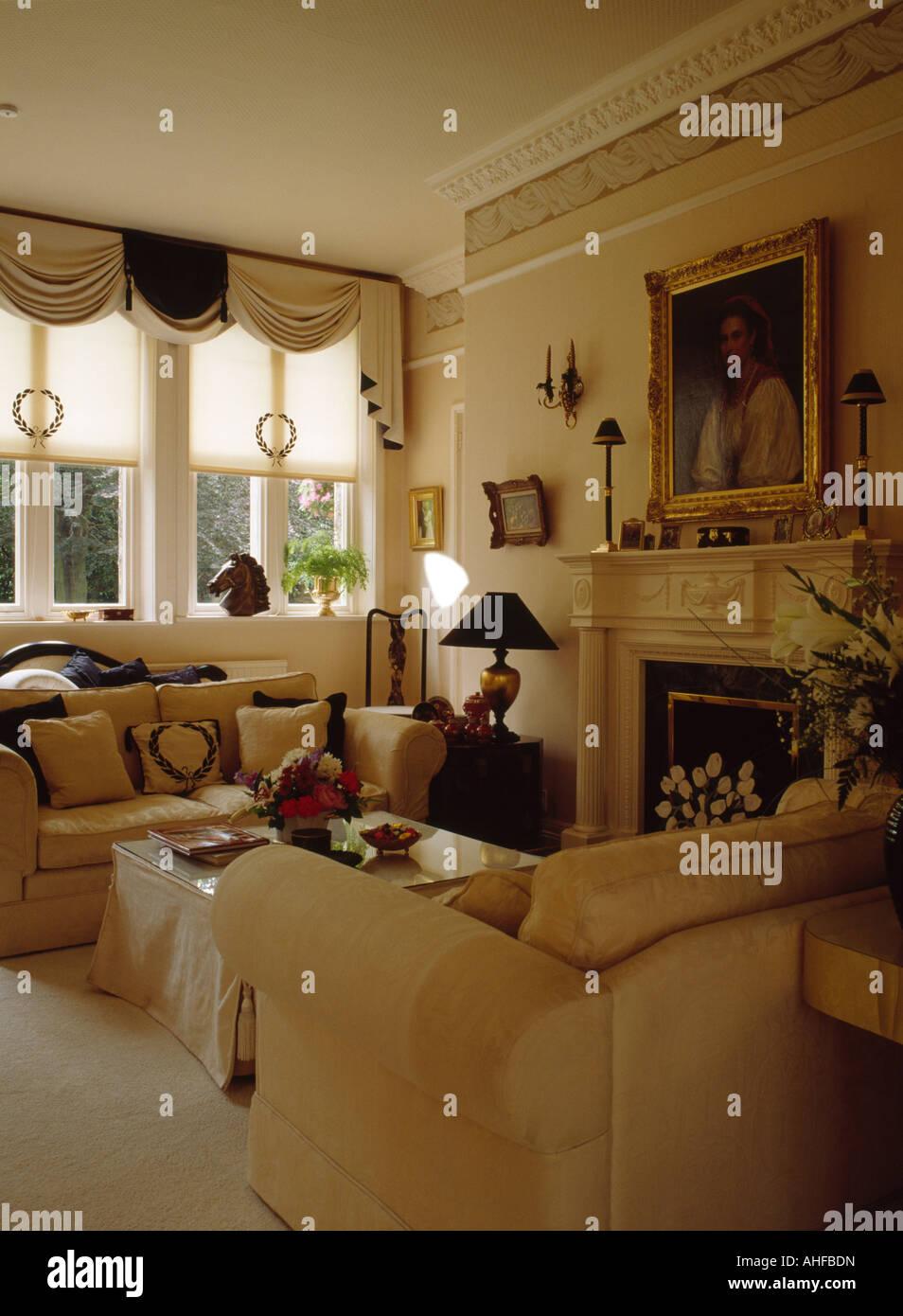 Creme Blind Und Drapierte Vorhänge In Neutralen Wohnzimmer Mit Bild über  Dem Kamin Und Sahne Sofas