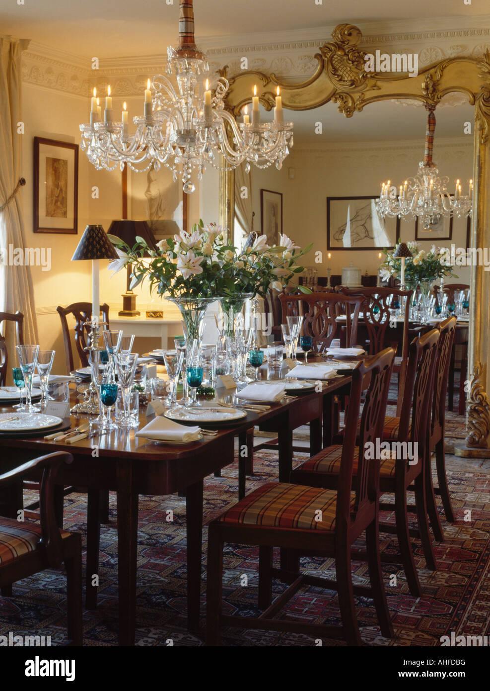 Große vergoldete Spiegel & Glas Kronleuchter über rechteckiger Tisch ...