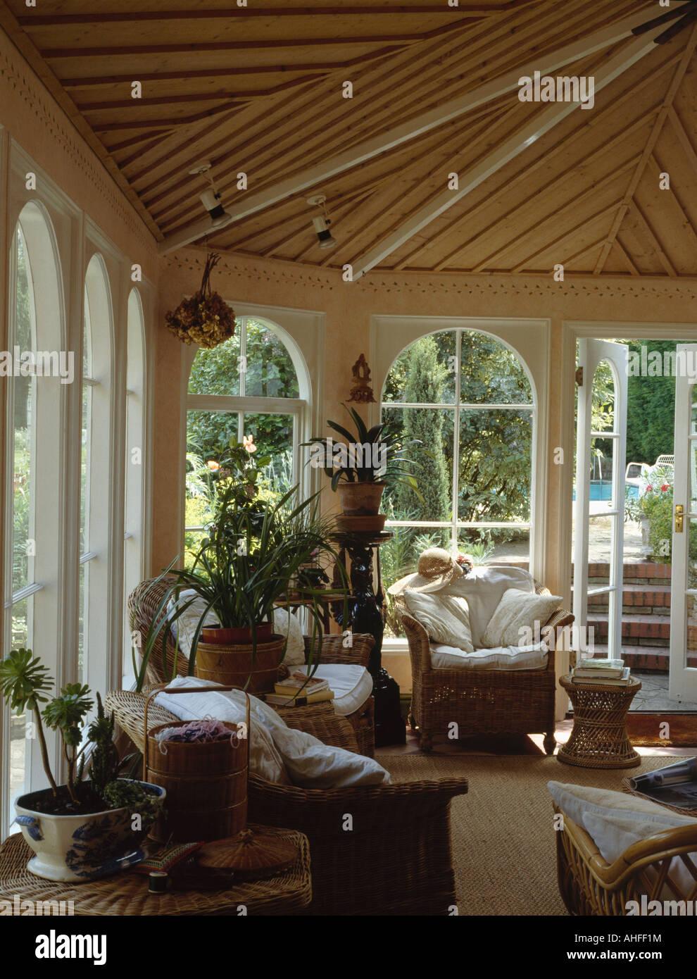 Korbmöbel und Holzdecke im Land Wintergarten mit Blick auf den ...