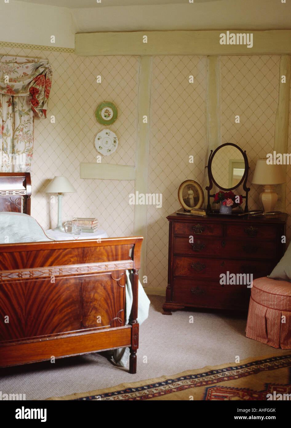 Antikes Bett im Land Schlafzimmer mit Mahagoni Kommode und Spalier ...