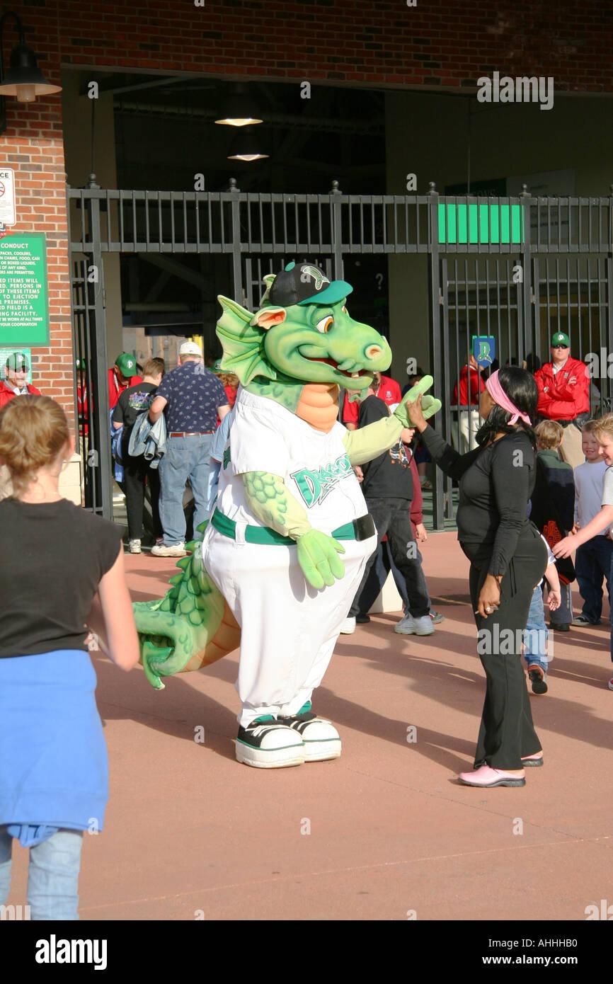 Heizung der Dayton Drachen Maskottchen ist einladend fans Stockfoto ...