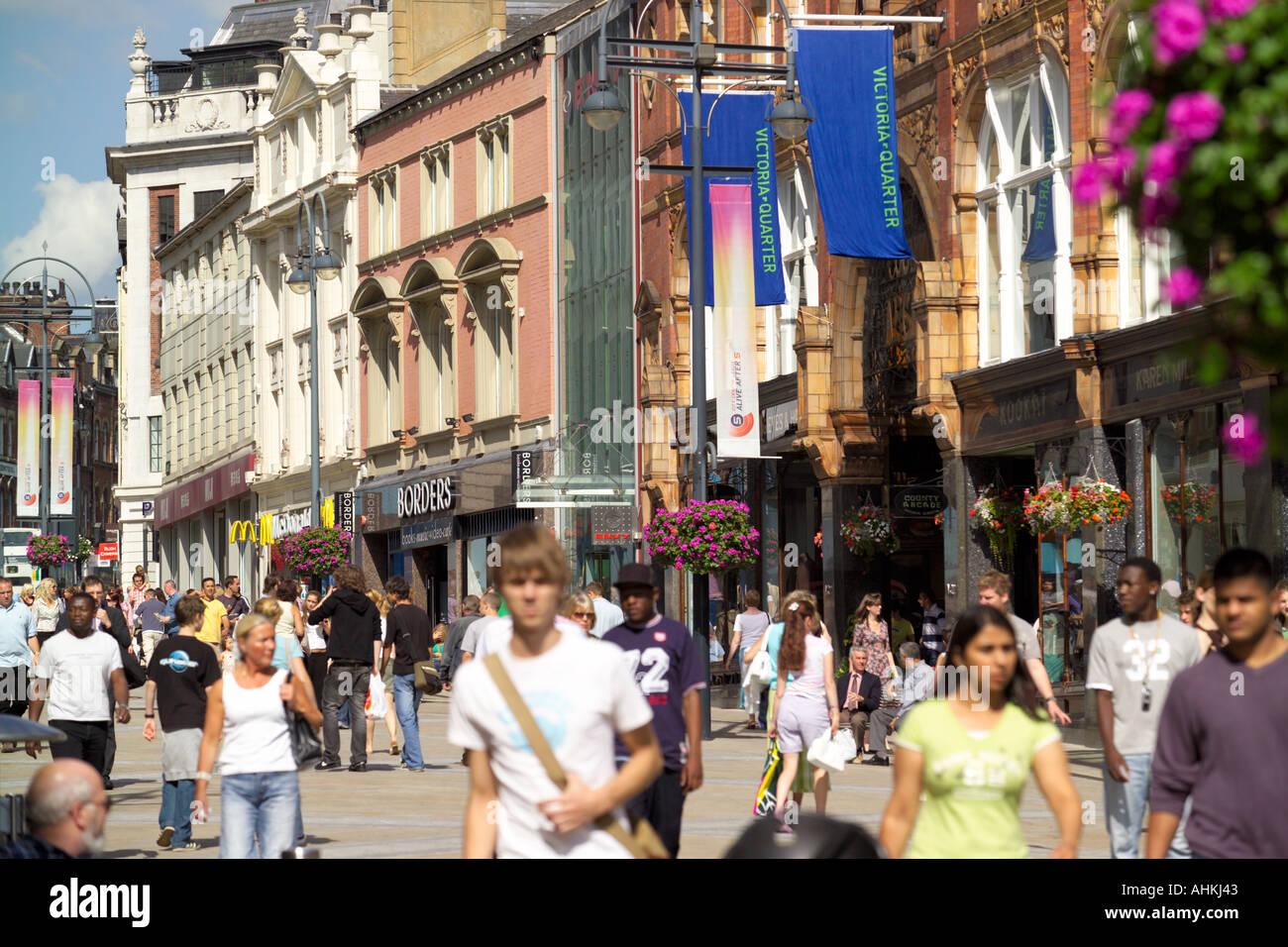 437610999a Briggate Leeds Haupteinkaufsstraße Fußgängerzone und Victoria Viertel  einkaufen Arcade-Leeds England West Yorkshire UK Stockbild