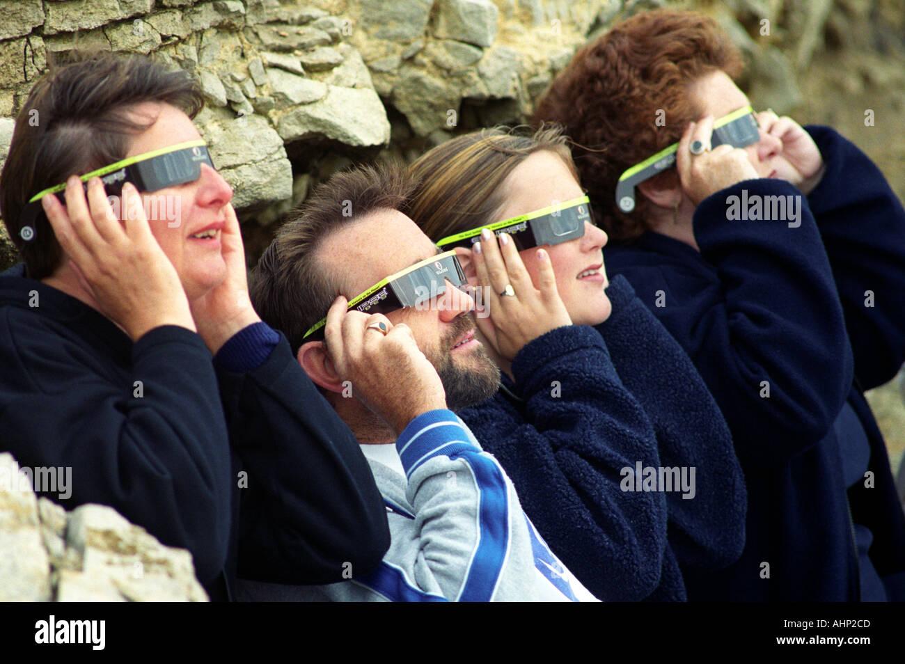 Menschen zu sehen, eine totale Sonnenfinsternis von der Sonne durch Schutzbrille Stockbild