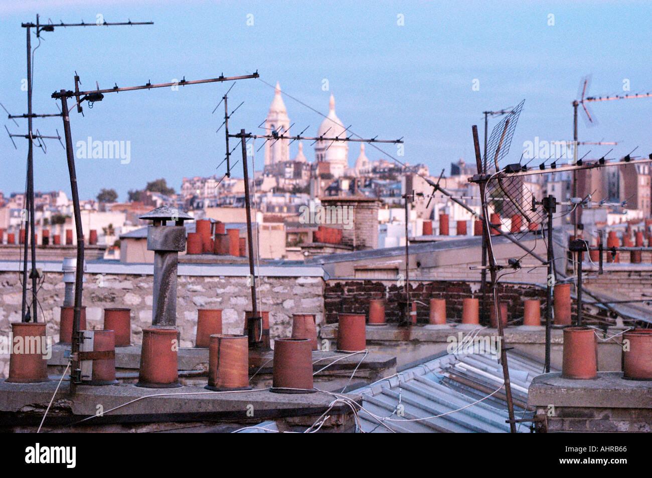 """PARIS Frankreich, Überblick über die Stadt von Montmartre, mit Blick auf """"Sacre Coeur"""" Kirche, mit Dachterrasse TV Antennen Technologie Stadtbild Stockbild"""
