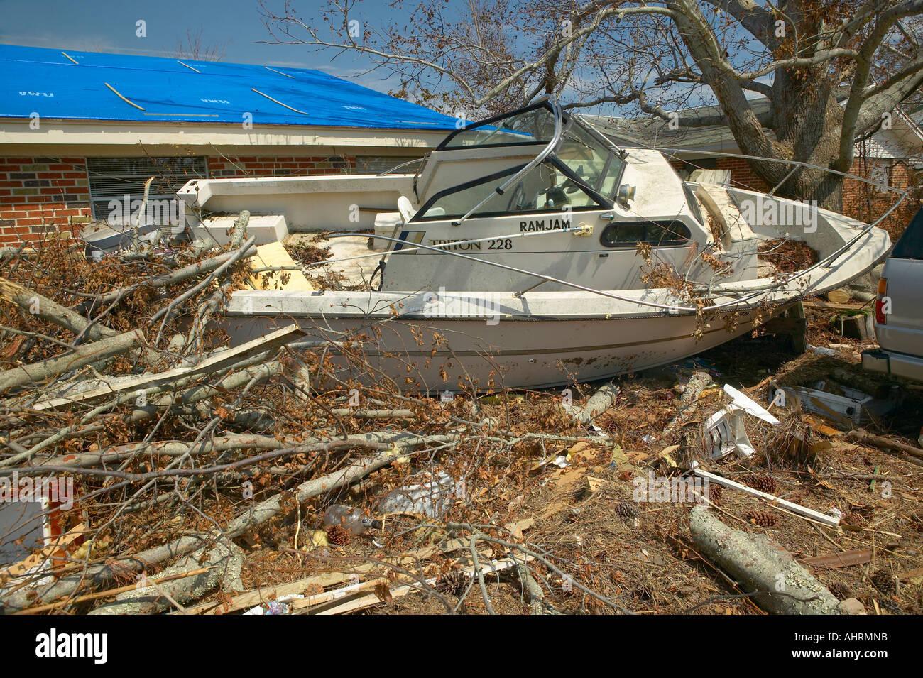 RAM Jam Boot und Schutt vor Haus schwer getroffen durch Hurrikan Ivan in Pensacola, Florida Stockbild