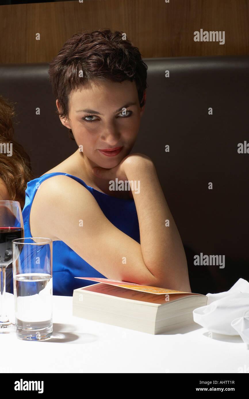 Frau flirtet mit jedem