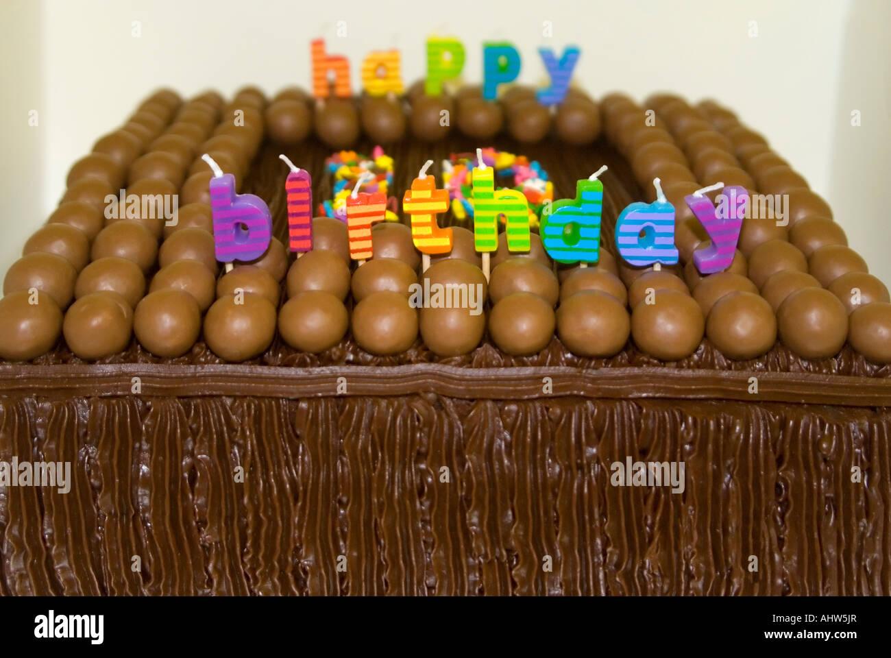 Horizontale Nahaufnahme Eines Kindes 10 Geburtstag Kuchen Mit Pralinen Vereisung Und Kerzen Dekoriert
