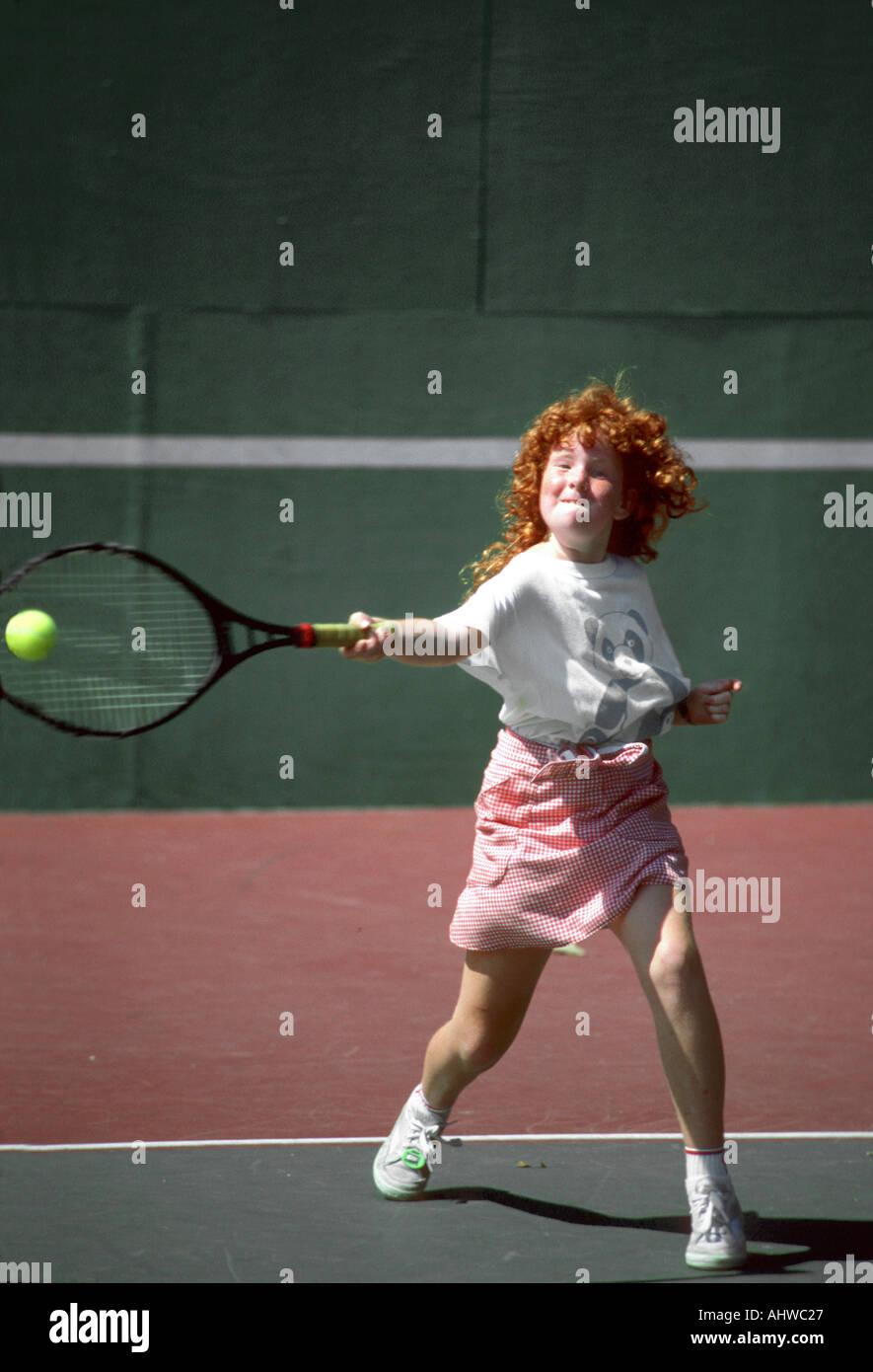 11 Jahre alt weiblich konkurriert, in einem Tennisturnier Stockbild