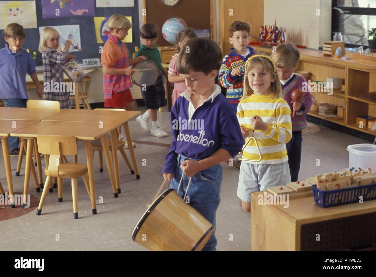 Kaukasische Studenten Spielen von Instrumenten in Montessori ...