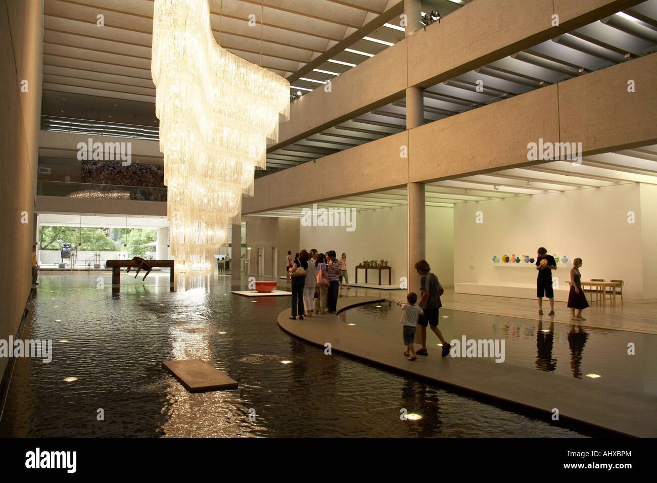 Kronleuchter Für Galerie ~ Atrium mit pool menschen und riesen kronleuchter im inneren des